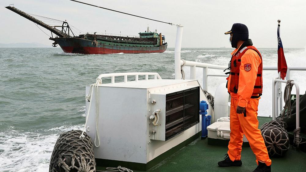 A Taiwanese coastguard monitors a Chinese sand-dredging ship off the Matsu Islands © Reuters