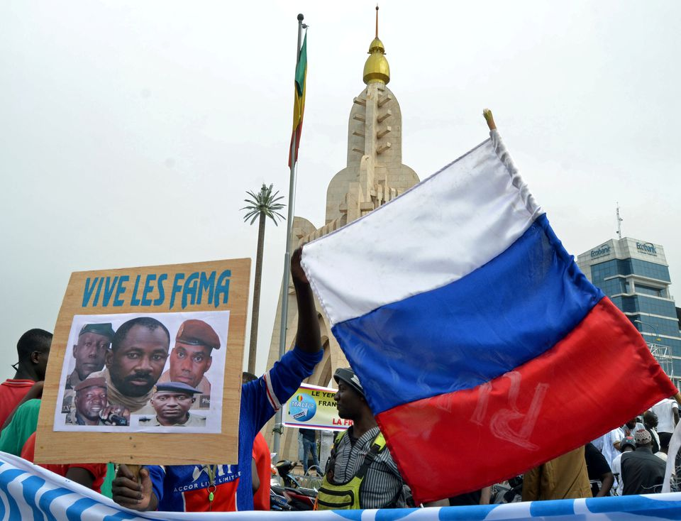 Malians hold a photograph with an image of Colonel Assimi Goita, leader of Mali's military junta, and Russia's flag during a pro-Malian Armed Forces (FAMA) demonstration in Bamako, Mali, May 28, 2021. Photo: Reuters